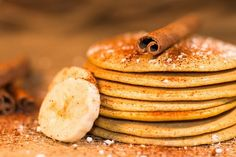 From BABYCOCINA we bring you this very easy banana pancake recipe from … Easy Banana Pancake Recipe, Pancakes Easy, 2 Ingredient Pancakes, Best Breakfast Recipes, Healthy Dishes, Quick Recipes, Easy Meals, Food, Tan Solo