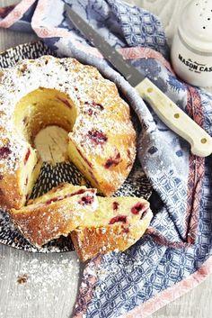 Rezept für supersaftigen Joghurt-Himbeer Gugelhupf aus dem Backbuch Jeannys Lieblingskuchen | Yogurt Raspberry Bundt Cake Recipe | luziapimpinella.com