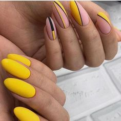 Semi-permanent varnish, false nails, patches: which manicure to choose? - My Nails White Toe Nail Polish, Nail Polish Colors, White Nails, Yellow Nails Design, Yellow Nail Art, Lynn Nails, Nailart, Manicure, Nagel Gel