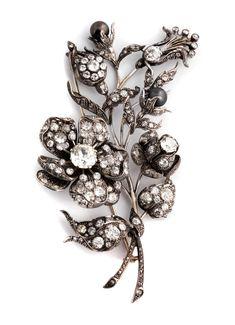 Länge: ca. 11 cm. Breite: ca. 5,5 cm. Gewicht: ca. 49,2 g. Silber und GG 585, rhodiniert. Um 1880. Wunderschöne antike Brosche in Form zweier Blütenstengel...