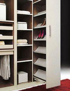 Em apartamentos pequenos todo o espaço que possa ser aproveitado é bem-vindo. Uma boa forma de ganhar espaço no quarto é organizar o armário. Quantos de nós temos o armário da roupa tão cheio e desorganizado que começamos a acumular roupa pelo quarto, roubando espaço que poderia ser mais