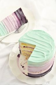 DIY bruidstaart in pastelkleuren en lagen met vulling.