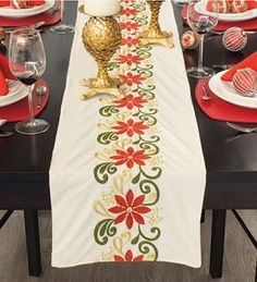 Hermosas ideas y tutorial para hacer caminos de mesa navideños ~ cositasconmesh Basic Embroidery Stitches, Hand Embroidery Patterns, Embroidery Applique, Christmas Runner, Christmas Decorations, Table Decorations, Sewing Crafts, Diy Crafts, Christmas Embroidery