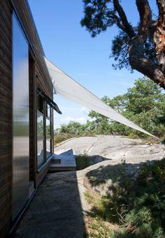 SKYGGE: Seilet foran vinduet til soverommet skjermer for morgensolen. Det er festet med teltplugger. Agates, Sidewalk, Side Walkway, Walkway, Agate, Walkways, Pavement