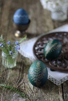 Cinnamon and Thyme: Barvanje velikonočnih jajc / Easter eggs dying Altar, Orange Mousse, Jesus Is Risen, Easter Egg Dye, Egg Art, Egg Decorating, Easter Crafts, Christmas Bulbs, Holiday