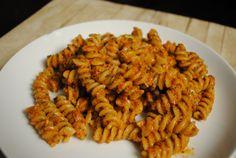 La pasta al pesto di peperoni è un primo piatto saporito e molto profumato, perfetto anche da servire a temperatura ambiente