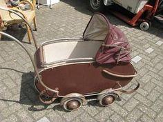 011758 Antieke kinderwagen om op te knappen