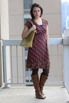 FashionablyEmployed.com |  Vestido de impressão geométrica rosa e verde com botas de conhaque e saco verde brilhante |  Estilo de roupa de trabalho feminino, roupa de escritório, casual de negócios