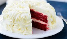 La red velvet è una torta spettacolare, sia per il suo colore rosso intenso, si. The red velvet is a spectacular cake, both for its intense red color and for its flavor rich in contrasts and sweetne Fancy Desserts, Just Desserts, Delicious Desserts, Red Velvet Cupcakes, Velvet Cake, Cupcake Recipes, Cupcake Cakes, Death By Chocolate Cake, Cocoa Cake