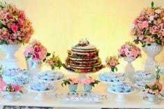 Naked Cake em uma linda mesa de bolo para casamento