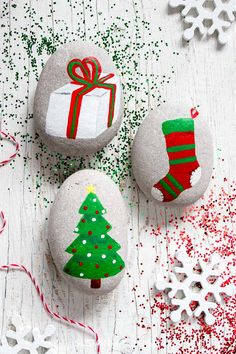 Beautiful and easy tutorials for over a dozen Christmas rock painting ideas and links to 19 other creative and fun Christmas craft ideas for the holidays. Diy Gifts For Christmas, Silver Christmas Decorations, Christmas Rock, Dollar Store Christmas, Christmas Holidays, Rock Painting Patterns, Rock Painting Ideas Easy, Rock Painting Designs, Christmas Tree Painting