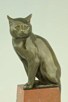 бронзовая скульптура сидящего кота.  Стиль:. Art Deco  Дата:. 1920  Материал: патиной бронзы. Красный мрамор база.  Происхождение:. Франция Размер:  H. 9-дюймовый. х W. 3,5 дюйма. х Л. 4,7 дюйма.  H. 23 см х W. 9 см х L. 12 см.