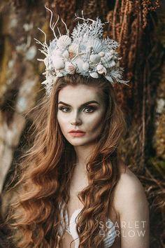 Deze prachtige zee koningin zeemeermin kroon/tiara is een van een soort, en hand op bestelling gemaakt, en zo prachtig in persoon. Dramatische, en hoog, het is echt een kroon geschikt voor een koningin. Draagt als een grote tiara met kammen. Gemaakt met echte schelpen, zeesterren, glas,