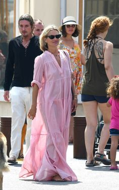 Kate Moss puts a Supermodel Spin on the summer season Caftan Mode Outfits, Fashion Outfits, Emo Fashion, Lolita Fashion, Kate Moss Style, African Traditional Dresses, Maxi Robes, Pink Maxi, Saint Tropez
