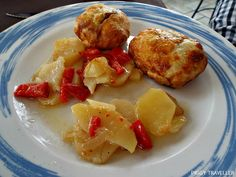 Pastry stuffed with Iberian pork ('solomillo ibérico'), Iberian pâté and caramelized onions, served with potatoes. La Alacena del Castillo, Puebla de Alcocer (Extremadura, Spain) http://www.piggytraveller.com/blog/2015/10/27/restaurant-la-alacena-del-castillo-puebla-de-alcocer/