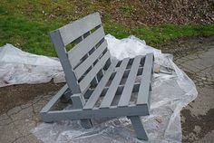 really good tutorial on making a pallet couch for the patio .. got my saw and drill ready