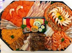 Visschotel   Wal-Vis Sushi Platter, Seafood Platter, Fried Shrimp, Fried Fish, Shrimp Recipes, Fish Recipes, Clean Eating, Healthy Eating, Party Platters