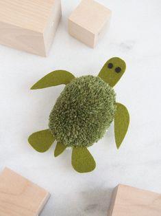 Turtle Pom Pom Easy Crafts For Kids, Craft Activities For Kids, Summer Crafts, Diy For Kids, Educational Activities, Pom Pom Crafts, Yarn Crafts, Felt Turtle, Pom Pom Tutorial