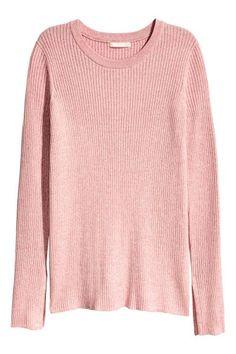 Sweter w prążki: Podkreślający figurę sweter o splocie w prążki z mieszanki zawierającej bawełnę. Rozcięcia po bokach i u dołu rękawów.