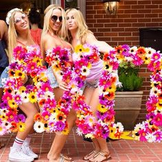 "we could make it out of foam board and just hot glue daisies all over a big ""E"" :) Sorority Bid Day, College Sorority, Sorority Sugar, Sorority Recruitment, Sorority Life, Sorority Girls, Alpha Xi Delta, Kappa Kappa Gamma, Alpha Chi Omega"