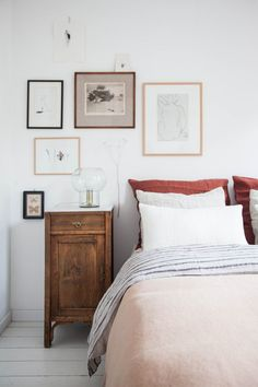 Home Decoration Interior art gallery wall in modern bedroom.Home Decoration Interior art gallery wall in modern bedroom. Vintage Inspired Bedroom, Bedroom Vintage, Vintage Home Decor, Modern Vintage Bedrooms, Vintage Ideas, Vintage Art, Home Decor Styles, Home Decor Accessories, Cheap Home Decor