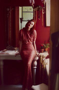 La robe en dentelle rouge de Karen Elson pour Net-a-porter