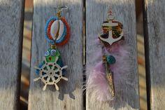 """Boucles d'oreille dépareillées """"Ma mer à moi"""" avec plumes, ancre en bois, bois flotté, cauris, rocaille, tissu : Boucles d'oreille par les-perles-de-eihpos"""