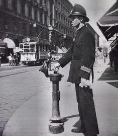 Un ghisa comanda il semaforo di piazza Cordusio/via Dante. Il primo semaforo in Italia venne installato a Milano nel 1925 in piazza del Duomo all'angolo con le vie Orefici Mazzini e Torino. Ghisa è invece il soprannome dei Vigili Urbani di Milano nati nel 1869 dovuto al tipico cappello che iniziarono a portare nel 1898 a forma di elmetto. Era in sughero rivestito di tessuto lucido impermeabile e sembrava un elmetto metallico di ghisa.  #vigiliurbani #ghisa #milano #milan #igersitalia…