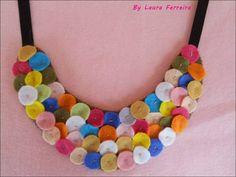 Lindo e colorido Maxi Colar de Feltro ♥  Dê um UP no seu visual com esse lindo e super diferente Maxi colar =)  Peça unica!!  Não perca!   Envie um email para:laurinhasj@gmail.com,será um prazer tirar suas dúvidas. R$20,00 Diy Fabric Jewellery, Fancy Jewellery, Textile Jewelry, Felt Necklace, Fabric Necklace, Diy Necklace, Felt Crafts, Fabric Crafts, Rag Quilt Patterns