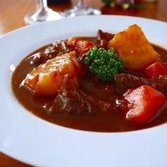 とろとろ牛すじシチュー♪クリスマスに作りたい簡単おもてなしレシピ  by みぃさん | レシピブログ - 料理ブログのレシピ満載! 冬の定番♪じっくりコトコト煮込み料理 Meet Recipe, Party Finger Foods, Camping Meals, Soups And Stews, Love Food, Soup Recipes, Recipies, Curry, Food And Drink