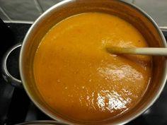 Pompoensoep met geroosterde knoflook Dit is een heerlijke soep. De pikante tomatensalsa geeft deze zoete pompoensoep wat textuur.