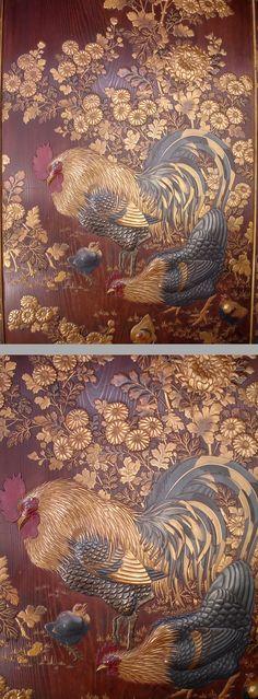 慶應◆徳川家伝来品 菊花鶏に柿烏図 時代高蒔絵木地二枚折屏風 商品徳川家に所蔵されていた品です。重厚な木地二枚折屏風で、両面に豪華な金蒔絵・高蒔絵が装飾され、「菊花鶏図」と「柿烏図」が豪華絢爛にあらわされています。金具には徳川の三つ葉葵御紋が入っています。2016/9月落札額2,488,000円