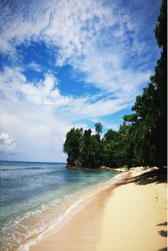 Morotai island//Morotai est une île de la province indonésienne des Moluques du Nord. Elle est située au nord-est de Halmahera, à 2° 19′ N, 128° 32′ E, ce qui en fait l'une des îles les plus septentrionales de l'Indonésie. Wikipédi