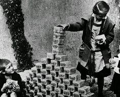Kinder spielen mit Geldbündeln