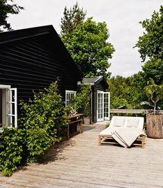 【自宅でリゾート気分】デイベッドとパーゴラの下の屋外リビングのあるウッドデッキのテラス   住宅デザイン