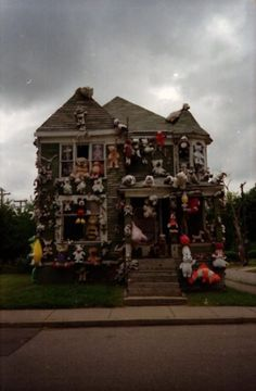 This photo was taken in Detroit on a skateboard trip, by Aaron Wynia. House by Tyree Guyton, who created The Heidelberg Project, a whole neighborhood of houses embellished in various ways. Looks Cool, Pretty Cool, Free Park, Chula, Thats The Way, Weird And Wonderful, Wonderful Things, Animal House, Outsider Art