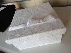 caixa revestida em renda branca, com detalhes em cetim Para presentear as madrinhas