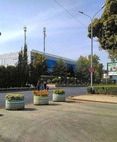Центральный Универсальный Магазин, Universal Market, или типа того. Замечательное место для тех, кто желает потратить деньги на бесполезные вещи в центре Ташкента и по цене, превышающей троекратно цену на базарах. Зато ЦУМ. В основном, тут есть всё. И это всё лежит на витринах, иногда, годами. Большинство людей приходят сюда забавы ради, как в какой-то музей или выставочный зал, скорее по старой памяти времён 70х-80х годов. Тут много всего, от сувенирчиков и до серьезной бытовой техники. И…