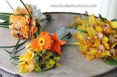 Ramo para la virgen, ramo para aventar y ramo principal en tonos naranja ideal para tu boda en playa por Bodas Huatulco