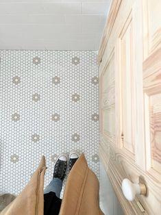 Baño de Sonia Pecas, con suelo Hisbalit   Modelo FLORES HX con colores personalizados Mosaic Floors, Retro, Superga, Flooring, Bathroom, Model, Vintage Patterns, Freckles, Mosaics