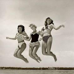 Pin-up model Bettie Page and friends Photo Vintage, Vintage Photos, Vintage Girls, Retro Vintage, Vintage Style, Retro Girls, Vintage Beauty, Vintage Fashion, Vintage Glamour