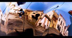 Elena y las fachadas, por Pablo de la Peña (foto) y Abraham Coco en Diafragma 183, su blog en FronteraD