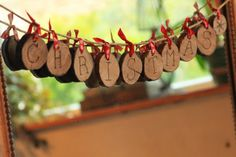 Une guirlande de rondins de bois. Libre Excès