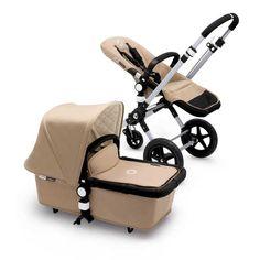 Bugaboo Cameleon3 Classic Collection sandDies  ist nicht nur der erste modulare Kinderwagen, sondern auch der  unkomplizierteste. Sitz und Liegeaufsatz sind wendbar, so dass Ihr Kind  Sie anschaut oder die Welt erkundet. Der Schiebebügel ist kinderleicht  höhenverstellbar, und das Fahrgestell lässt sich im Nu für die Aufnahme  eines Autositzes vorbereiten. Einfach einrasten und los geht's.für jedes terrain Dank der kleinen Schwenkräder vorne manövrieren Sie in der Stadt auch  wenn es mal eng…
