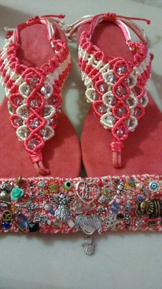 10 de mayo Crochet Flip Flops, Micro Macramé, Haiti, Cow, Crochet Necklace, Arts And Crafts, Slippers, Quilts, How To Make