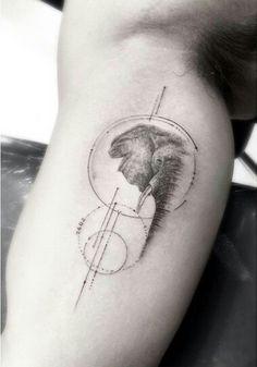 Elefante entre formas geométricas. Tatuagem de Brian Woo, também conhecido como Dr. Woo.