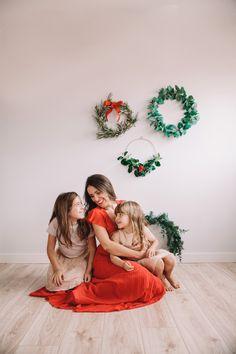 Consejos para hacer tus fotos navideñas en casa Christmas Photos, Christmas Time, Xmas, Couple Photos, Nice Things, Photo Ideas, Outdoor Patios, Good Photos, Family Of 4