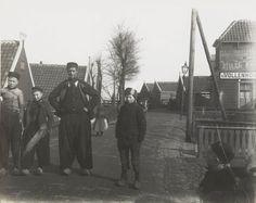 Man en jongens in streekdracht Volendam. 1915 Molkenboer #NoordHolland #Volendam