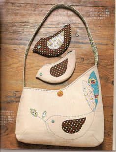 adorable bird applique bag with matching coin purses. Idea-let shape of embroidery dictate shape of bag. Handmade Purses, Handmade Handbags, Handmade Bracelets, Bird Applique, Diy Sac, Purses And Handbags, Coin Purses, Patchwork Bags, Fabric Bags