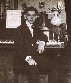 8. Antes de dedicarse a la literatura, Lorca tenía pensado dedicarse a la música. Aquí lo vemos con su piano en Granada.
